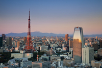 Tokyo Tower and Mt. Fuji from Shiodome, Tokyo, Japan 20088050839| 写真素材・ストックフォト・画像・イラスト素材|アマナイメージズ