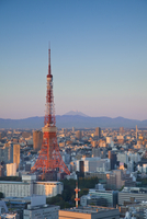 Tokyo Tower and Mt. Fuji from Shiodome, Tokyo, Japan 20088050840| 写真素材・ストックフォト・画像・イラスト素材|アマナイメージズ