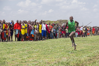Kenya, Kajiado County, Amboseli. A crowd of Maasai urge on the winner of a 5,000m men's race at the 'Maasai Olympics', an annu 20088052891| 写真素材・ストックフォト・画像・イラスト素材|アマナイメージズ