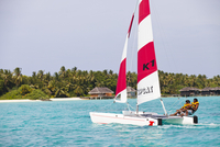 Maldives, Rasdhoo Atoll, Kuramathi Island. Two men sail a catamaran off Kuramathi Island Resort. MR. 20088054258| 写真素材・ストックフォト・画像・イラスト素材|アマナイメージズ