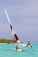 Maldives, Rasdhoo Atoll, Kuramathi Island. Two men sail a catamaran off Kuramathi Island Resort. MR. 20088054259| 写真素材・ストックフォト・画像・イラスト素材|アマナイメージズ