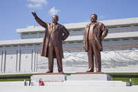 A newly married couple paying their respects at the bronze statues of Kim Il Sung, arm out pointing the way forward, and Kim Jon 20088061376| 写真素材・ストックフォト・画像・イラスト素材|アマナイメージズ