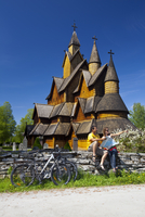 Tourists checking map beside Heddal Stave Church, Norway's largest wooden Stavekirke, Notodden, Norway (MR) 20088062548| 写真素材・ストックフォト・画像・イラスト素材|アマナイメージズ