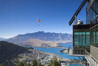 New Zealand, South Island, Otago, Queenstown, elevated town view with The Remarkables Mountains and the Skyline Gondola deck 20088063280| 写真素材・ストックフォト・画像・イラスト素材|アマナイメージズ