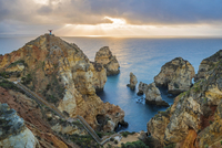Ponta da Piedade, Lagos, Algarve, Portugal. Man standing on top of the iconic cliffs of Praia de Piedade. 20088066664| 写真素材・ストックフォト・画像・イラスト素材|アマナイメージズ