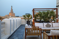 Qatar, Doha,  Rooftop terrace of boutiqe hotel at Souq Waqif with Fanar Qatar Islamic Cultural Center n background 20088067688| 写真素材・ストックフォト・画像・イラスト素材|アマナイメージズ