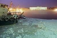 Russia, St.Petersburg. Across the frozen Neva river with a boat in ice in the foreground 20088069372| 写真素材・ストックフォト・画像・イラスト素材|アマナイメージズ
