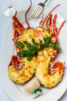 Lobster Thermidor, grilled lobster stuffed with cheese, served with lemon, Scotland 20088071254| 写真素材・ストックフォト・画像・イラスト素材|アマナイメージズ