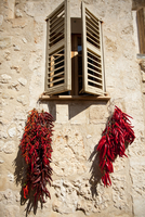 Mallorca, Sineu. Red chilies hanging from a window to dry in the sun. 20088074301| 写真素材・ストックフォト・画像・イラスト素材|アマナイメージズ