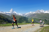 Europe, Valais, Swiss Alps, Switzerland, Zermatt, The Matterhorn (4478m), runners in the Zermatt Marathon 20088077430| 写真素材・ストックフォト・画像・イラスト素材|アマナイメージズ