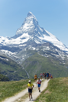 Europe, Valais, Swiss Alps, Switzerland, Zermatt, The Matterhorn (4478m), runners in the Zermatt Marathon 20088077431| 写真素材・ストックフォト・画像・イラスト素材|アマナイメージズ