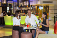 South East Asia, Thailand, Bangkok, friends enjoy cocktails in My Bar in the Dusit Thani Bangkok Hotel in Sathorn district (MR) 20088078977| 写真素材・ストックフォト・画像・イラスト素材|アマナイメージズ