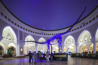 UAE, Dubai, Downtown Dubai, Dubai Mall, interior, Arabic-themed souk area, dinosaur skeleton 20088082250| 写真素材・ストックフォト・画像・イラスト素材|アマナイメージズ