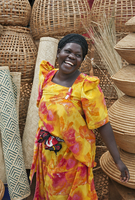 A happy Muganda woman selling baskets and woven mats at a stall by the side of the road, Uganda, Africa 20088083149| 写真素材・ストックフォト・画像・イラスト素材|アマナイメージズ