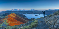 UK, England, Cumbria, Lake District, Derwentwater, Skiddaw and Blencathra mountains above Keswick, from Cat Bells (MR) 20088084742| 写真素材・ストックフォト・画像・イラスト素材|アマナイメージズ