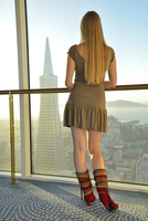 Woman overlooking San francisco from Mandarin Oriental hotel, San Francisco, California, USA. MR 20088091292| 写真素材・ストックフォト・画像・イラスト素材|アマナイメージズ