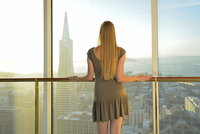 Woman overlooking San francisco from Mandarin Oriental hotel, San Francisco, California, USA. MR 20088091293| 写真素材・ストックフォト・画像・イラスト素材|アマナイメージズ
