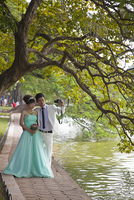 Vietnam, Ha Noi, Hoan Kiem Lake. A young couple pose for a photograph in their wedding finery. 20088091889| 写真素材・ストックフォト・画像・イラスト素材|アマナイメージズ