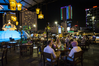 Vietnam, Ho Chi Minh Province, Ho Chi Minh City, Saigon. The rooftop bar of the 5-star Rex Hotel, strategically located in downt 20088092024| 写真素材・ストックフォト・画像・イラスト素材|アマナイメージズ