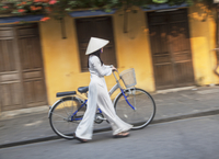 Woman wearing Ao Dai dress pushing bicycle, Hoi An (UNESCO World Heritage Site), Quang Ham, Vietnam (MR) 20088094336| 写真素材・ストックフォト・画像・イラスト素材|アマナイメージズ
