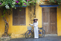 Woman wearing Ao Dai dress with bicycle, Hoi An (UNESCO World Heritage Site), Quang Ham, Vietnam (MR) 20088094337| 写真素材・ストックフォト・画像・イラスト素材|アマナイメージズ
