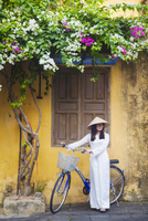 Woman wearing Ao Dai dress with bicycle, Hoi An (UNESCO World Heritage Site), Quang Ham, Vietnam (MR) 20088094338| 写真素材・ストックフォト・画像・イラスト素材|アマナイメージズ
