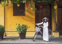 Woman wearing Ao Dai dress with bicycle, Hoi An (UNESCO World Heritage Site), Quang Ham, Vietnam (MR) 20088094339| 写真素材・ストックフォト・画像・イラスト素材|アマナイメージズ