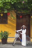 Woman wearing Ao Dai dress with bicycle, Hoi An (UNESCO World Heritage Site), Quang Ham, Vietnam (MR) 20088094340| 写真素材・ストックフォト・画像・イラスト素材|アマナイメージズ