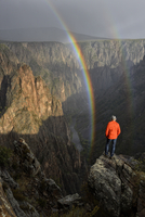 USA,Colorado,Black Canyon of the Gunnison National Park, Man looking into canyon with rainbow, MR 0038 20088095240| 写真素材・ストックフォト・画像・イラスト素材|アマナイメージズ