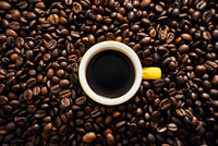 Yellow cup of coffee with coffee beans 20088096691| 写真素材・ストックフォト・画像・イラスト素材|アマナイメージズ