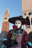 Woman in costume holding red rose during Carnival, Piazza San Marco (St. Mark's Square), Venice, Veneto, Italy 20088099979| 写真素材・ストックフォト・画像・イラスト素材|アマナイメージズ