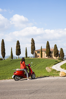 Tourist riding an italian vespa motorcycle in the countryside. Val d'Orcia, Tuscany, Italy (MR) (PR) 20088100902| 写真素材・ストックフォト・画像・イラスト素材|アマナイメージズ