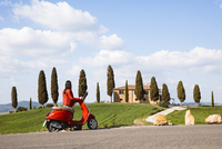 Tourist riding an italian vespa motorcycle in the countryside. Val d'Orcia, Tuscany, Italy (MR) (PR) 20088100903| 写真素材・ストックフォト・画像・イラスト素材|アマナイメージズ