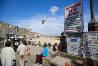 A view of the harbour at St Ives from the slipway with people eating and seagulls flying overhead. 20089000053| 写真素材・ストックフォト・画像・イラスト素材|アマナイメージズ