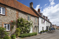 Rose covered brick and flint cottages and village pub The Hoste in the picturesque village of Burnham Market in Norfolk. 20089000145| 写真素材・ストックフォト・画像・イラスト素材|アマナイメージズ