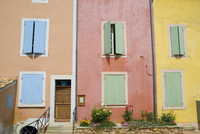 A row of traditional windows and shutters on colourful houses in the hill top village of Roussillon. 20089000288| 写真素材・ストックフォト・画像・イラスト素材|アマナイメージズ