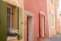 A view down a traditional street of houses with windows and shutters in the hill top village of Roussillon. 20089000291| 写真素材・ストックフォト・画像・イラスト素材|アマナイメージズ