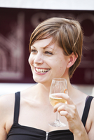 A young lady drinking white wine during the Sydney Wine festival. 20089000312| 写真素材・ストックフォト・画像・イラスト素材|アマナイメージズ
