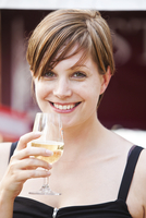A young lady drinking white wine during the Sydney Wine festival. 20089000313| 写真素材・ストックフォト・画像・イラスト素材|アマナイメージズ