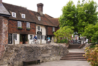 Two cyclists riding past the 14th Century Parrot pub in Canterbury. 20089000757| 写真素材・ストックフォト・画像・イラスト素材|アマナイメージズ