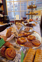 Traditional English cakes and savouries on display in the Apothecary cafe in Rye. 20089000795| 写真素材・ストックフォト・画像・イラスト素材|アマナイメージズ
