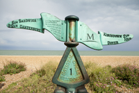 An iron sign post marking the directions along the coastal path between Dover and Canterbury in Deal. 20089000823| 写真素材・ストックフォト・画像・イラスト素材|アマナイメージズ