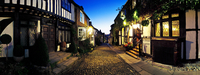 Panoramic view of the picturesque cobbled street outside the historic Mermaid Inn in Rye. 20089000842| 写真素材・ストックフォト・画像・イラスト素材|アマナイメージズ