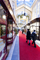 Christmas decorations and shoppers in the Burlington Arcade in London. 20089000884| 写真素材・ストックフォト・画像・イラスト素材|アマナイメージズ