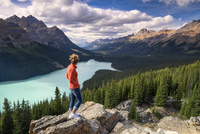 Female hiker admiring the view over Peyto Lake in the Canadian Rockies. 20089001461| 写真素材・ストックフォト・画像・イラスト素材|アマナイメージズ