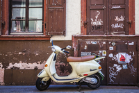 A Piaggio Vespa scooter in the Altstadt quarter of the University town of Heidelberg. 20089001681| 写真素材・ストックフォト・画像・イラスト素材|アマナイメージズ