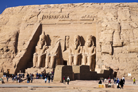 Tourists at the famous site of the Great Temple at Abu Simbel in Egypt are dwarfed by the huge statues of Ramesses II. 20089001829| 写真素材・ストックフォト・画像・イラスト素材|アマナイメージズ