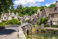 The picturesque Cotswold village of Castle Combe in Wiltshire. 20089002048| 写真素材・ストックフォト・画像・イラスト素材|アマナイメージズ