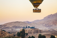 Hot air balloon flying over the Ramesseum on the West Bank of the Nile in Egypt. 20089002137| 写真素材・ストックフォト・画像・イラスト素材|アマナイメージズ