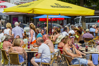Holidaymakers enjoying a drink on a hot day at a seaside resort. 20089002454| 写真素材・ストックフォト・画像・イラスト素材|アマナイメージズ